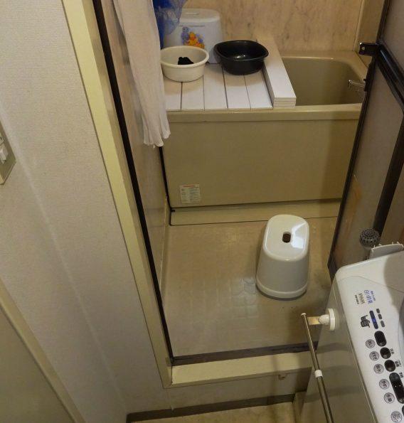 施工前は浴室の入り口の段差が大きい為、<br /> 入りにくく、浴槽のまたぎも高い状況でした。<br />