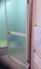 浴室のドアは劣化しており、建付も歪んでいた為開け閉めが困難でした