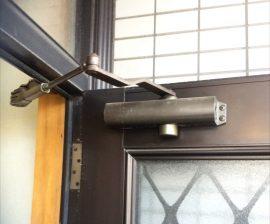 玄関ドアはドアクローザーの交換。