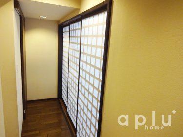 廊下からの出入りをしやすくするため、大型の3枚建引き戸を設置。<br /> <br /> 使用した製品は、YKKのスライディング格子入り引き戸。格子の和モダンなデザインで、柔らかい光が廊下にこぼれる、美しい仕上がりになりました。
