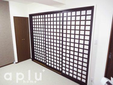 以前の洋室2室の間取りでは、せまく使い勝手が不便でしたので、壁抜きと大型の引き戸をご提案させて頂きました。ホワイト色のカーペットと、とてもマッチしていて和モダンな雰囲気が素敵ですね。
