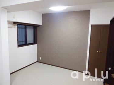 繋がったお部屋の壁には、やや濃いめのブラウンでアクセントクロスを貼り、奥行を感じられるような仕上がりに。