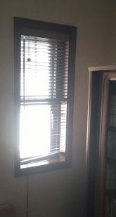 お部屋の端にある小窓です。こちらも今まで使用していたウッドブラインドを外して内窓を取り付けます。