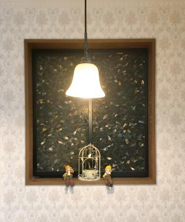 小窓:ステンドグラス風のアクセント