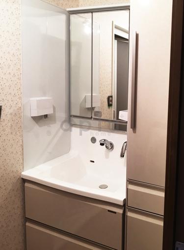 鏡裏収納と右のキャビネットで外に物を置く必要がなくなり、洗面所を広くお使いいただけます。