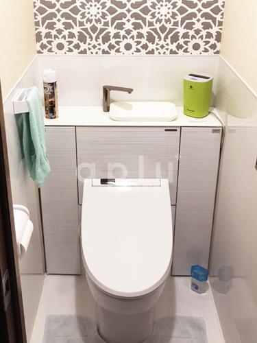 収納付きのトイレで空間をうまく使っています。メンテナンス性の高いホーローで囲いました。