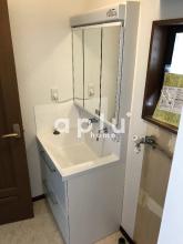 水栓が上部にあり水が溜まりにくい「ハイバックガード」の洗面台に変更。左側への水はね防止のため、当社オリジナルの化粧板を設置致しました。
