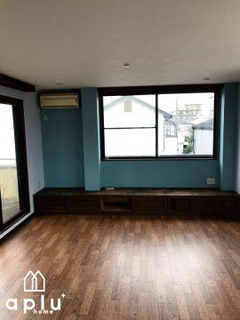 2階は応接室としてご使用との事で、落ち着いた雰囲気の青をアクセントクロスに使用しました。