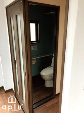 合わせて、トイレの壁紙も張り替え統一感を持たせました。