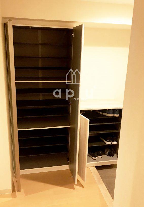 収納スペースが増えて、靴を出しっぱなしにすること無く、玄関周りもスッキリ致しました。