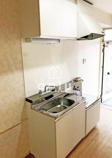 キッチン〈After〉<br /> ミニキッチンセットに水栓と換気扇を加えコンパクトに収めました。