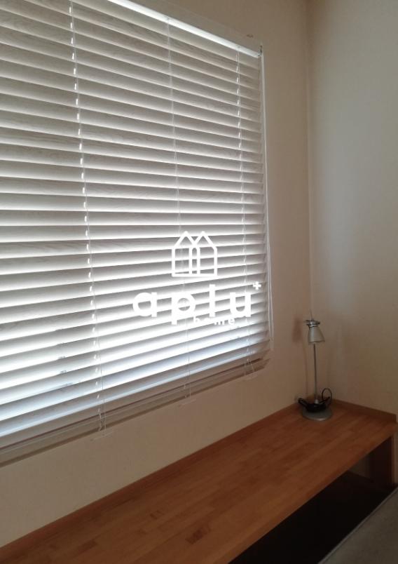 また、お部屋の雰囲気を考慮して、二重窓取付け後の窓にウッドブラインドを設置。お部屋の雰囲気作りに一役買います!