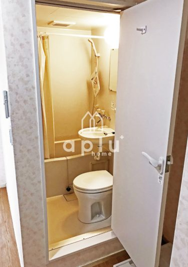 バス〈After〉<br /> ユニットバスは3点ユニットを新設(便器・浴室・洗面台)のセットに間仕切りにシャワーカーテンをかけました。