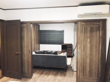 寝室から隣の部屋への引違い戸も開口部のを上下に広げ、引分け戸に変えて開放的に。