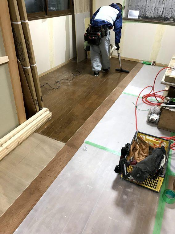 床のフローリングは「重ね張り」をすることで敷居や段差も解消しました。