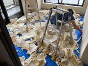 6畳の洋室の天壁のクロスを剥がすとこんな状況になります。